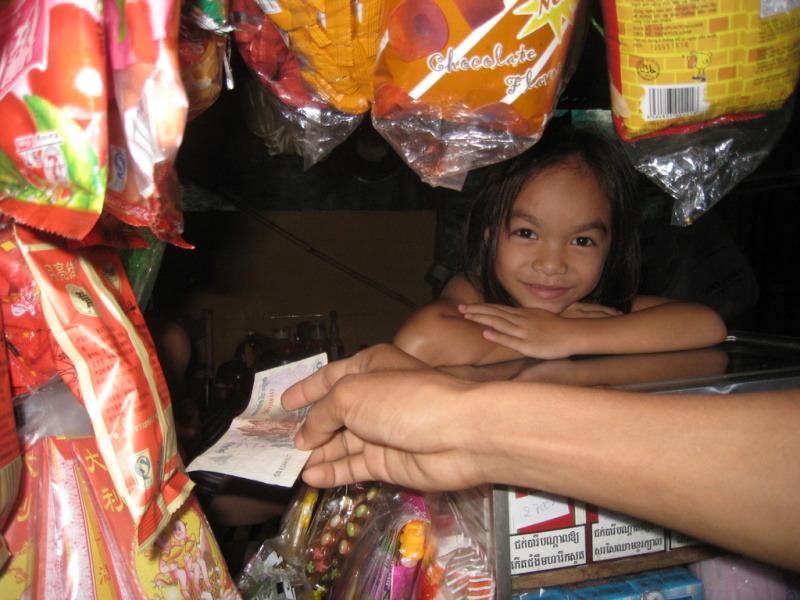 お店で働く笑顔の女の子