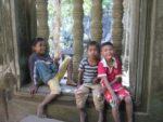 遺跡の中で遊ぶ子供たち