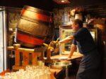 樽からビールを注ぐドイツ人