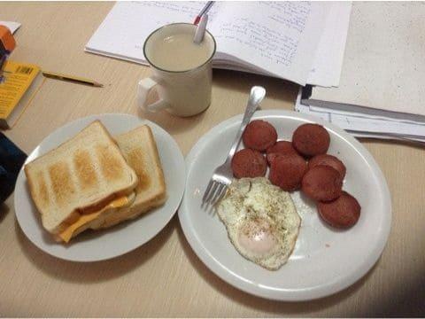 朝食を食べながら勉強