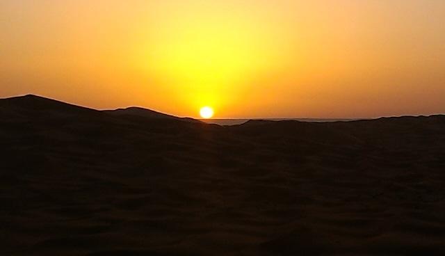 夕日に染まるサハラ砂漠