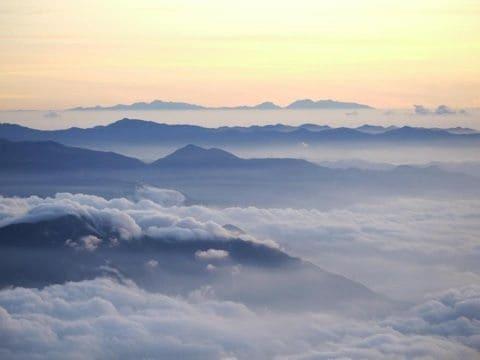 朝焼けに映える山と雲海