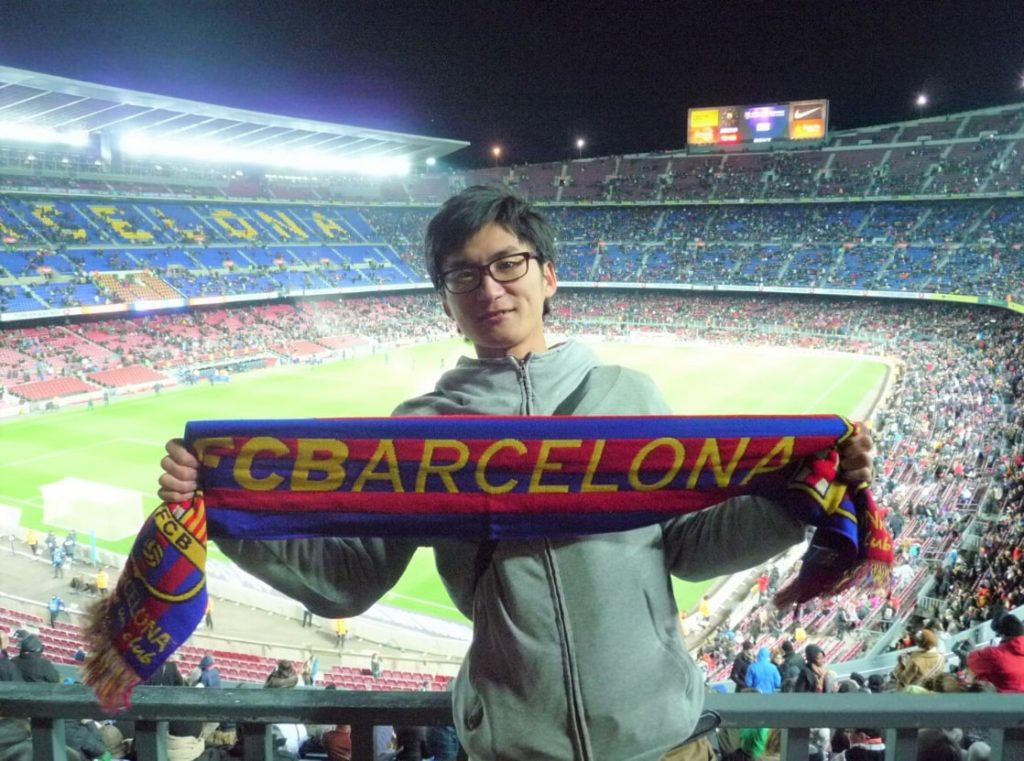 バルセロナのサッカー場で記念写真を撮る男性