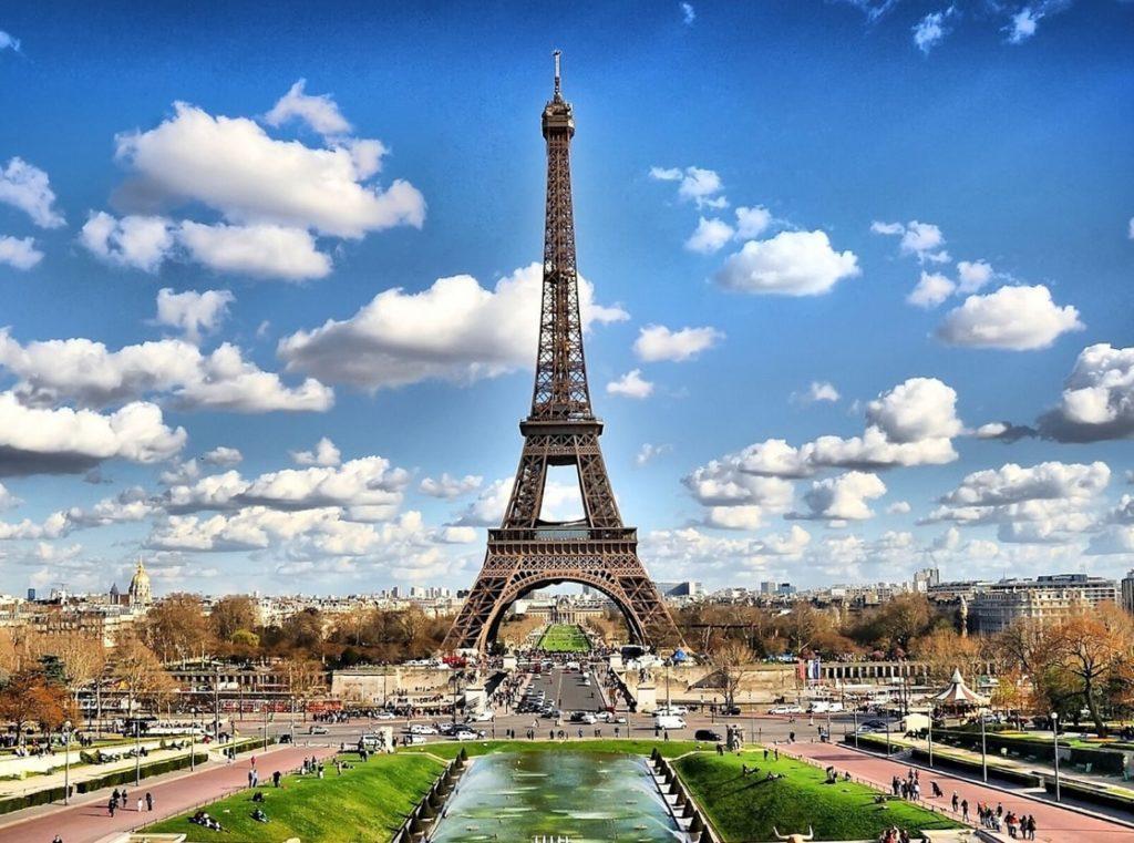 エッフェル塔とフランスの街並み
