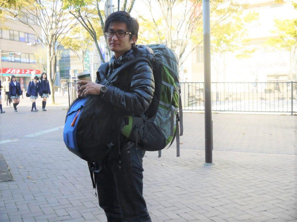 重いバックパックを背負う旅行者