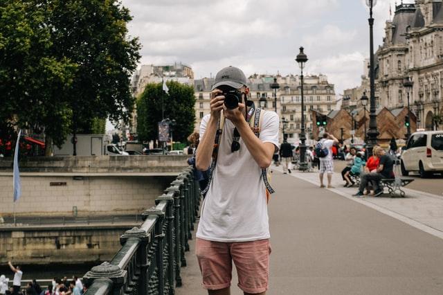 一眼レフカメラをかまえる男性の写真