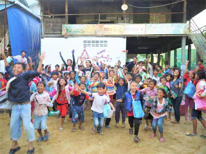 クリスマスパーティーを楽しむ笑顔のカンボジアの子供たち