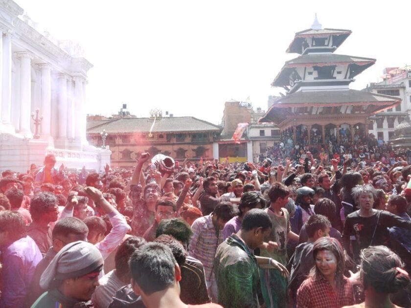 粉と水を掛け合うネパールのお祭りの写真
