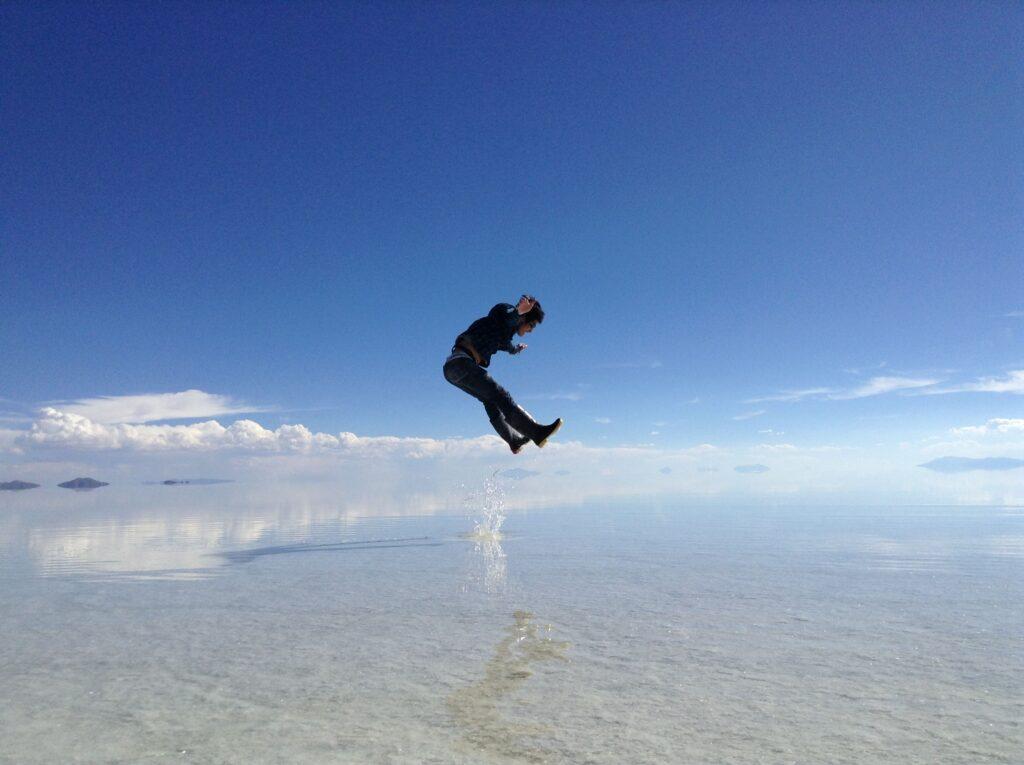 ウユニ塩湖で大ジャンプするバックパッカーを撮った瞬間の写真