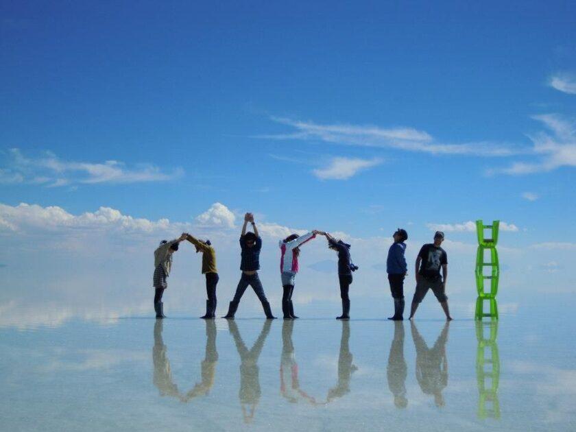 ウユニ塩湖でポーズして記念写真を撮る旅行者たち