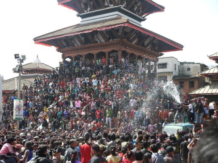 水や粉が舞うネパールのお祭り写真