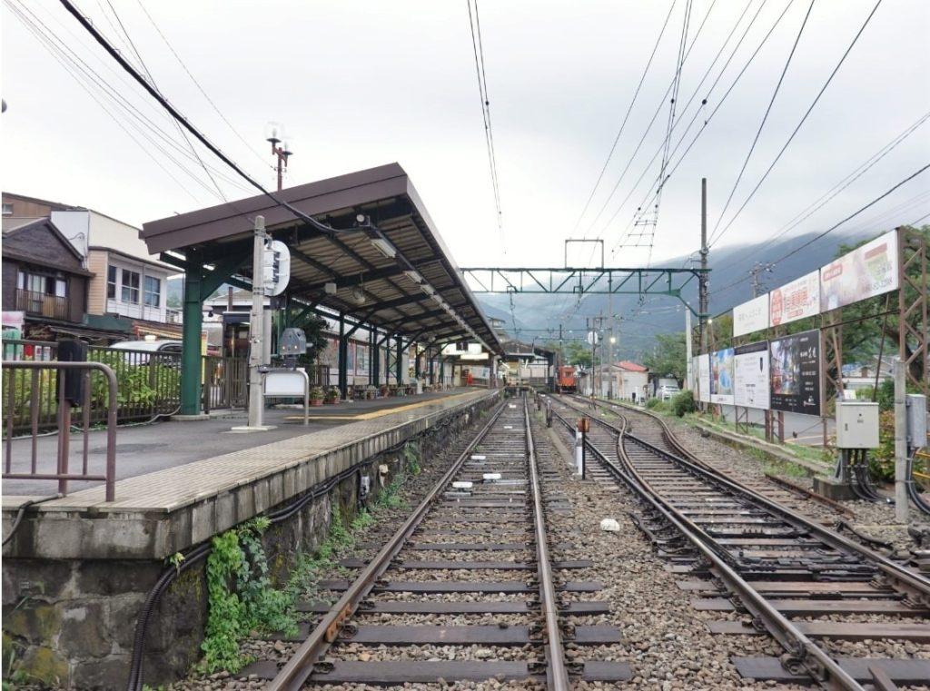 強羅駅の駅舎と長く続く線路の写真