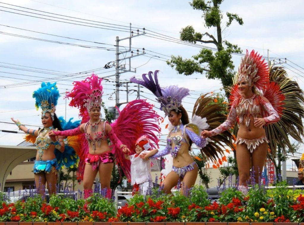 サンバを踊るブラジル女性
